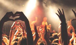 Foto: Konzertmenge mit erhobenen Händen in Herzform