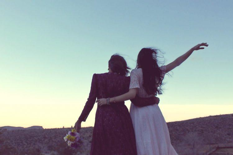 Zwei Frauen umarmen sich freundschaftlich