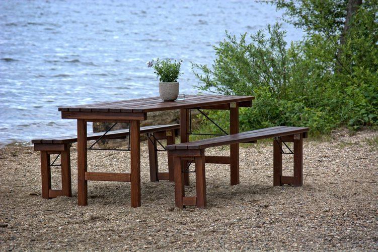 leerer Tisch am See