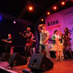 Leila Akinyi mit Fans auf der Bühne