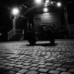 Die Kiss Ape am späten Abend vor der leeren Bühne